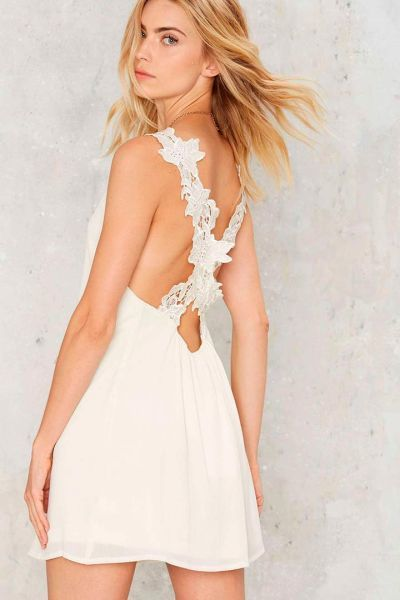vestidos-de-novia-cortos-espalda-cruzada-nasty-gal