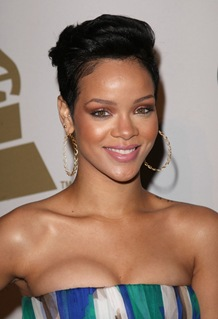 rihanna-attends-the-2009-grammy-salute-to-industry-icons-4
