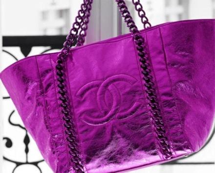 Модными будут и цветочные принты, сумки с бахромой, вышивкой.
